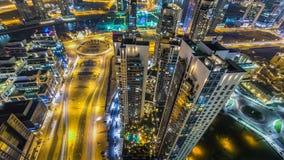 Vista aérea escénica de una ciudad moderna grande en el timelapse de la noche Bahía del negocio, Dubai, United Arab Emirates almacen de metraje de vídeo