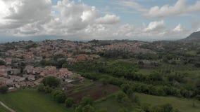 Vista a?rea esc?nica del campo italiano con el pueblo y colinas y monta?a almacen de metraje de vídeo