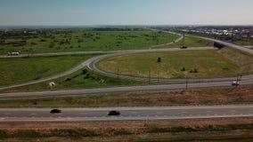 vista aérea estática 4k de la intersección moderna del camino de la carretera en paisaje rural almacen de metraje de vídeo