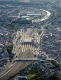 Vista aérea: Estação de comboio em uma cidade fotos de stock royalty free