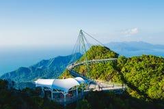 Vista aérea excitante com ponte cabo-ficada, símbolo Langkawi, Malásia Feriado da aventura Tecnologia moderna Attrac do turista fotos de stock