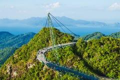 Vista aérea excitante com ponte do céu, símbolo Langkawi, Malásia Feriado da aventura Tecnologia moderna Atração turística Tra fotografia de stock