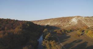 Vista aérea fantástica indescritível da natureza, do lago e da montanha na cor de surpresa do outono video estoque