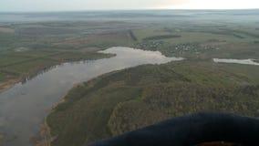 Vista aérea fina ao lago e ao campo filme