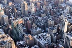 Vista aérea granangular de Manhattan en la oscuridad Foto de archivo