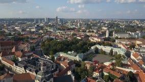 Vista aérea hermosa de la ciudad vieja de Vilna, la capital de Lituania almacen de video