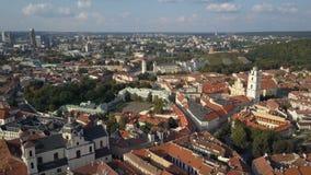 Vista aérea hermosa de la ciudad vieja de Vilna, la capital de Lituania metrajes