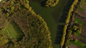 Vista aérea hermosa de la isla y del puente almacen de video