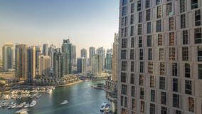 Vista aérea hermosa de la 'promenade' y del canal del puerto deportivo de Dubai con los yates y los barcos flotantes antes de la  almacen de metraje de vídeo