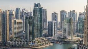 Vista aérea hermosa de la 'promenade' y del canal del puerto deportivo de Dubai con los yates y los barcos flotantes antes de la  metrajes