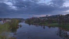 Vista aérea hermosa de los suburbios de Zhytomyr sobre el río Puesta del sol almacen de metraje de vídeo