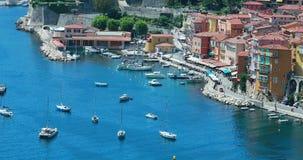 Vista aérea hermosa de Villefranche-sur-Mer con el puerto almacen de metraje de vídeo