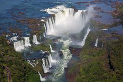 Vista aérea hermosa del arco iris hermoso sobre abismo de la garganta del diablo de las cataratas del Iguazú de un vuelo del heli fotos de archivo libres de regalías