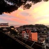 Vista aérea hermosa del horizonte del panorama de Lisboa en la puesta del sol Fotos de archivo libres de regalías