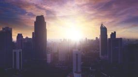 Vista aérea hermosa del paisaje urbano céntrico de Jakarta con la silueta del rascacielos Imagen de archivo libre de regalías