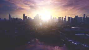 Vista aérea hermosa del paisaje urbano céntrico de Jakarta con la silueta del rascacielos Imágenes de archivo libres de regalías
