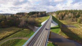 Vista aérea hermosa del puente del camino sobre el río rodeado por el bosque almacen de metraje de vídeo