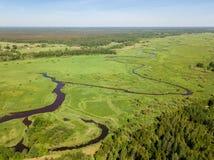 Vista aérea hermosa del río de serpenteo con el campo verde claro Fotografía de archivo