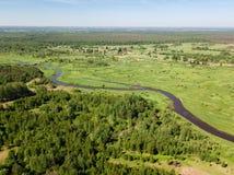 Vista aérea hermosa del río de serpenteo con el campo verde claro Fotografía de archivo libre de regalías
