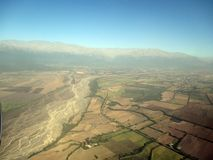 Vista aérea hermosa del río y de los campos de las montañas en las montañas de Salta la Argentina Suramérica los Andes Fotografía de archivo libre de regalías