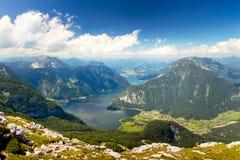 Vista aérea hermosa del valle de la montaña de las montañas con el lago y los picos hermosos fotos de archivo