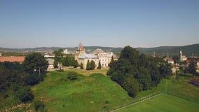 Vista aérea imponente de argumentos verdes de un parque del castillo con el castillo en el backgound almacen de metraje de vídeo