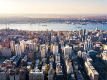 Vista aérea imponente de Manhattan y de Nueva York Foto de archivo