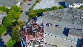 Vista aérea industrial na zona da indústria do formulário da planta de refinaria de petróleo estoque Tiro aéreo de uma fábrica filme