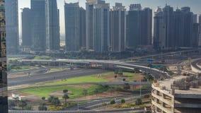 Vista aérea a JLT e porto de Dubai com timelapse grande da interseção da estrada na estrada zayed xeique e arranha-céus no vídeos de arquivo