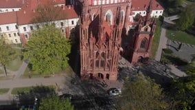 vista aérea 4k de la iglesia de St Anne de la herencia de la arquitectura gótica en Vilna, Lituania metrajes
