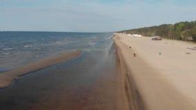 vista aérea 4k de la línea costera el mar Báltico, Jurmala almacen de metraje de vídeo