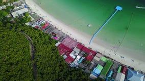 vista aérea 4K de la playa al embarcadero en la playa de Tawean en Ko Lan Pattaya