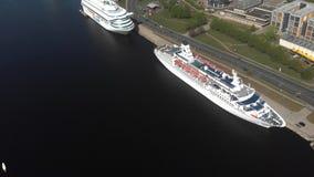 vista aérea 4k de los barcos de cruceros anclados en el río Daguava, Riga almacen de video