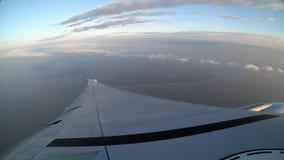 vista aérea 4K de Taiwán Vea el avión del ala según lo visto a través de ventana del aeroplano almacen de metraje de vídeo