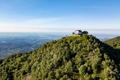 vista aérea 4K de una iglesia italiana de la montaña Montañas italianas, Trivero, Piemonte, Italia Fotos de archivo libres de regalías