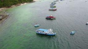 vista aérea 4K del barco de pesca en Ko Lan Pattaya almacen de metraje de vídeo