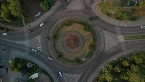 vista aérea 4k del camino con los coches circulares metrajes