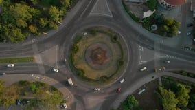 vista aérea 4k del camino con los coches circulares almacen de video