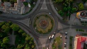 vista aérea 4k del camino con los coches circulares almacen de metraje de vídeo