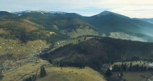 vista aérea 4k del pueblo cárpato metrajes