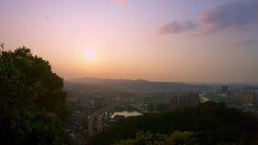 vista aérea 4K del puente de la carretera con los coches del tráfico y la puesta del sol de la ciudad de Taipei metrajes