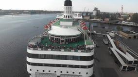 vista aérea 4k del restaurante de la cubierta abierta en el barco de cruceros amarrado al embarcadero, río del Daugava metrajes