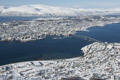 Vista aérea a la ciudad de Tromso, 350 kilómetros al norte del Círculo Polar Ártico, Noruega Fotos de archivo