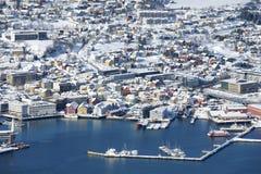 Vista aérea a la ciudad de Tromso, 350 kilómetros al norte del Círculo Polar Ártico, Noruega Imágenes de archivo libres de regalías