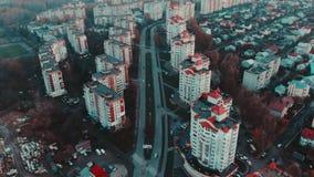 Vista aérea a la ciudad en la puesta del sol con el tráfico y los edificios, 4k, Ternopil, Ucrania almacen de video