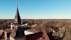 Vista aérea a la iglesia de St Simon en Valmiera, Letonia almacen de metraje de vídeo
