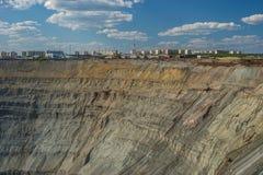 Vista aérea a la mina abierta del diamante en Mirniy, Sakha Yakutia, al norte de Rusia Foto de archivo