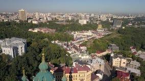 Vista aérea a la región de la iglesia y de Podil del ` s de St Andrew en la capital de Ucrania almacen de metraje de vídeo