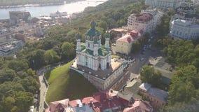 Vista aérea a la región de la iglesia y de Podil del ` s de St Andrew en la capital de Ucrania metrajes