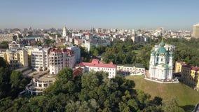 Vista aérea a la región de la iglesia y de Podil del ` s de St Andrew en la capital de Ucrania almacen de video